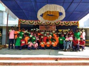 Jongeren van één van de vakscholen van Leprazending in India tonen het kaartje dat zij ontvingen van Nederlandse donateurs